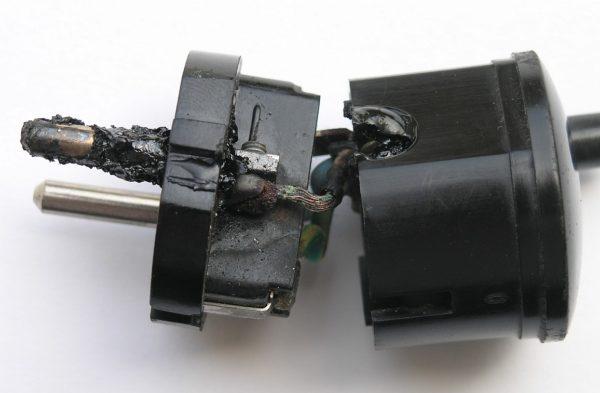 Сгоревшая вилка электрическая